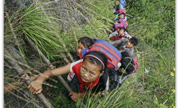 Во Кина се наоѓа најопасниот пат за стигнување до училиште   Фото/Видео