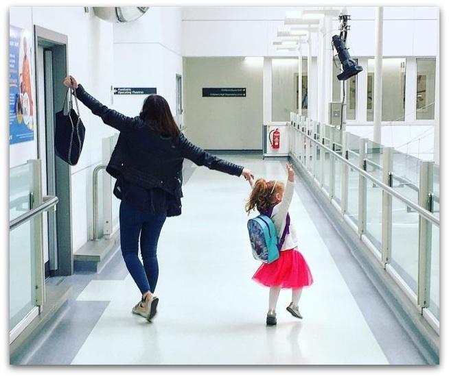 Оваа мајка на прв поглед изгледа среќно додека го води своето дете на училиште  Но  внимателно погледнете